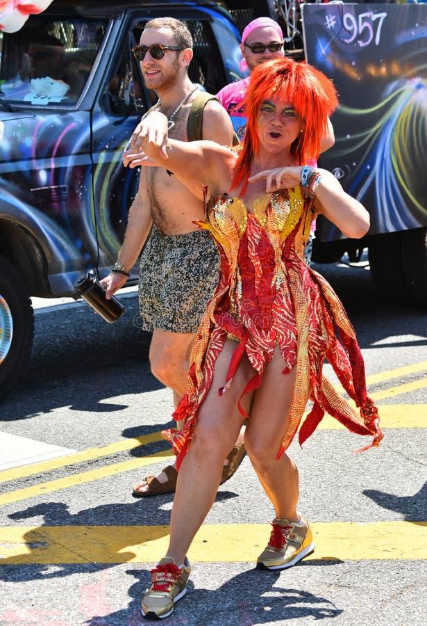 Deelnemers maart in de 34ste Jaarlijkse Meerminparade in Coney Island stock afbeeldingen
