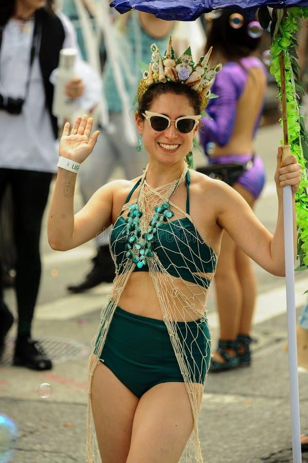 Deelnemers maart in de 35ste Jaarlijkse Meerminparade in Coney Island royalty-vrije stock afbeeldingen