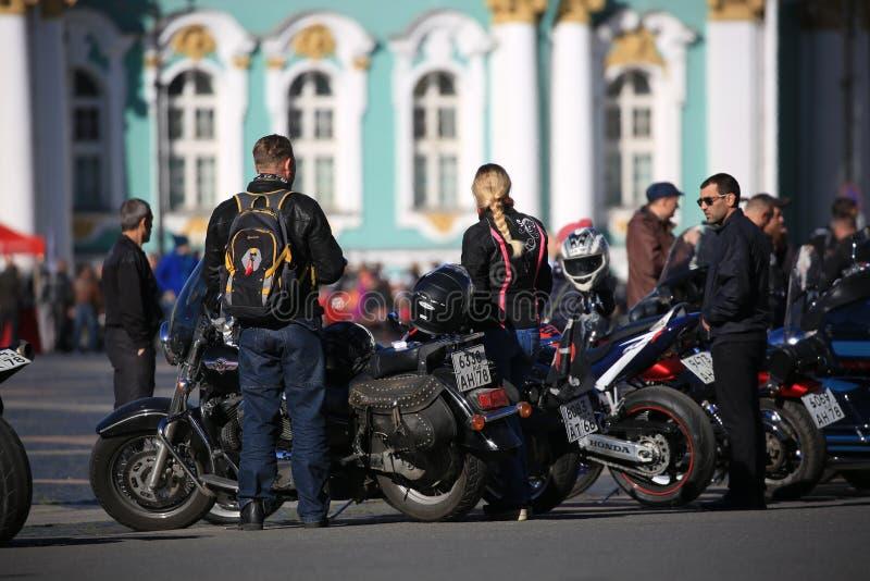 Deelnemers van de fietserbeweging van St. Petersburg met hun motorfietsen op de achtergrond van het Kluisgebouw royalty-vrije stock foto
