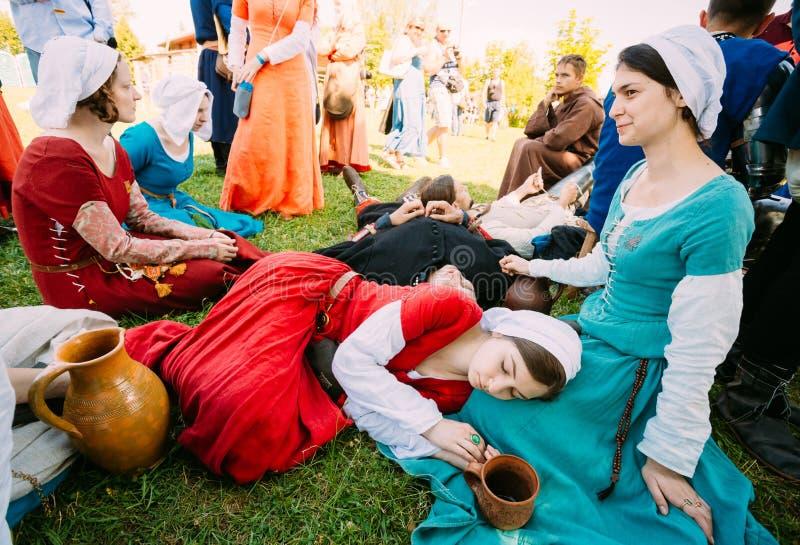 Deelnemers van festival die van middeleeuwse cultuur in schaduw t rusten royalty-vrije stock foto's