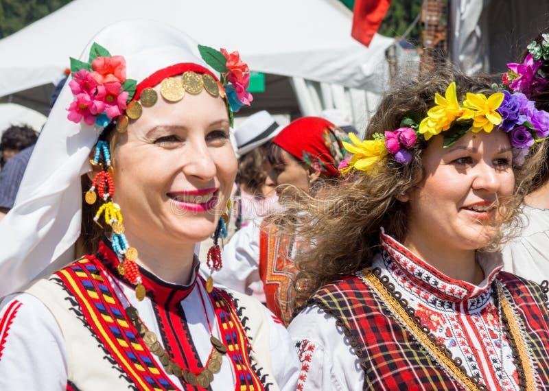 Deelnemers van het Festival van Rozhen in Bulgarije in nationale kostuums stock foto's