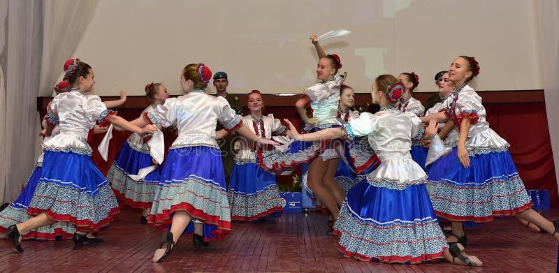 Deelnemers van volksdansensemble in Russische traditionele doek royalty-vrije stock foto