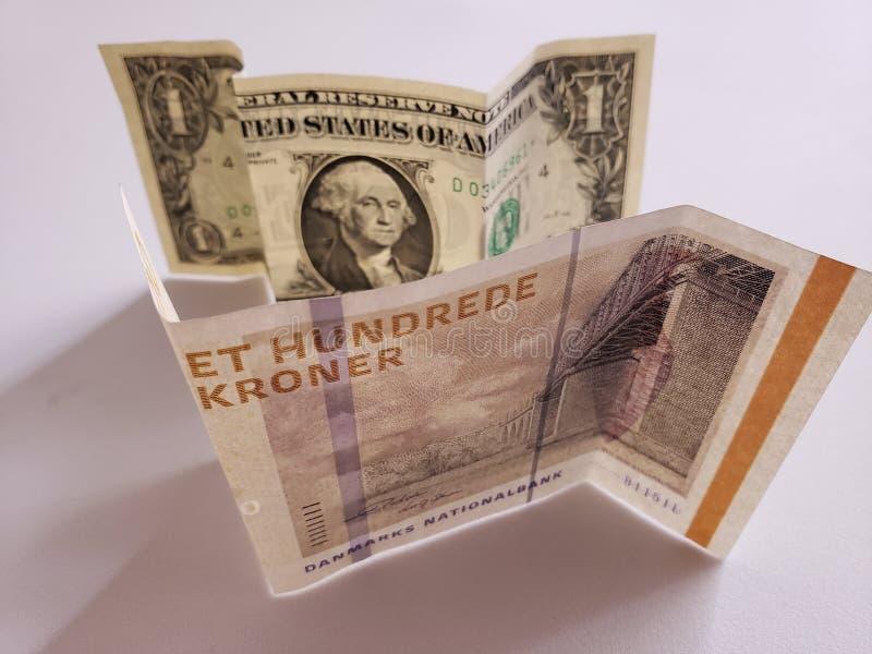 Deens bankbiljet van 100 kronen en Amerikaanse dollarrekening royalty-vrije stock afbeeldingen