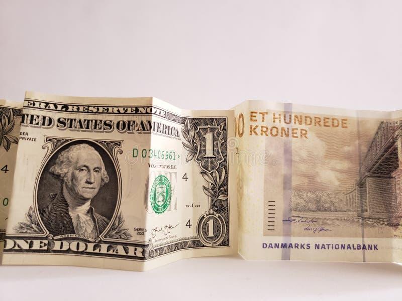 Deens bankbiljet van 100 kronen en Amerikaanse dollarrekening stock foto