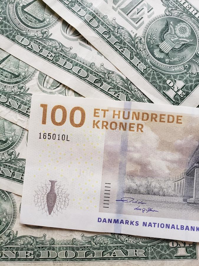 Deens bankbiljet van 100 kronen en Amerikaanse dollarrekeningen stock afbeeldingen