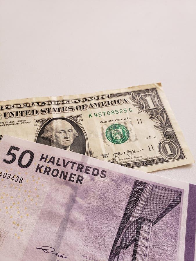 Deens bankbiljet van vijftig kronen en Amerikaanse dollarrekening stock afbeelding