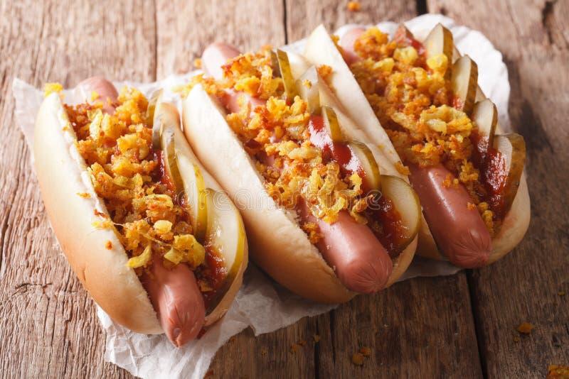 Deens voedsel: hotdogs met knapperige uien, ketchup en ingelegd Cu royalty-vrije stock afbeeldingen