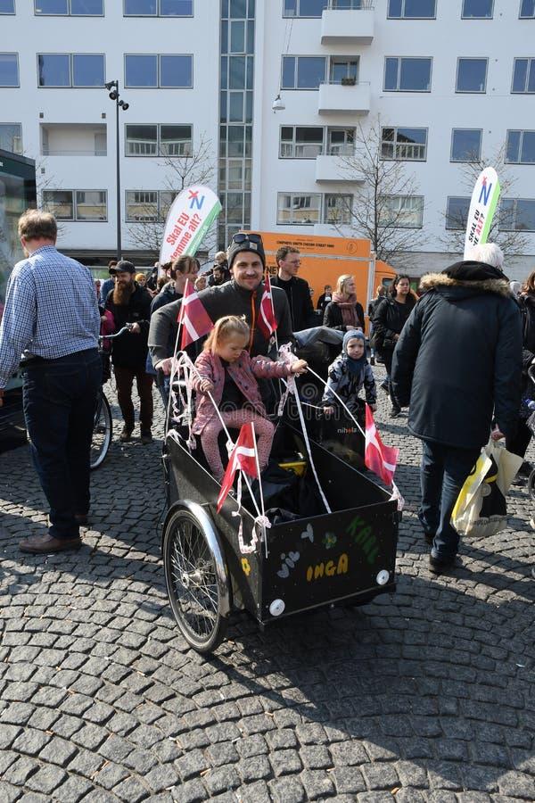 DEENSE FAMIESI KOMT UIT OM VERZAMELING TE PROTESTEREN stock foto's