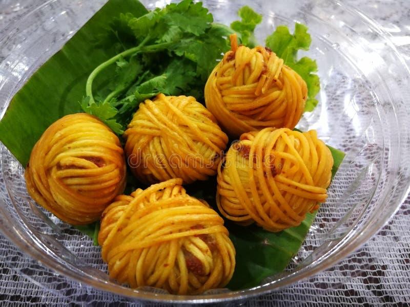 Deep fried ha avvolto i gamberetti con noodle Alimento di febbre della Tailandia dal film di dramma nel 2018 fotografia stock