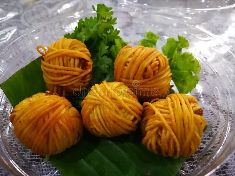 Deep fried ha avvolto i gamberetti con noodle Alimento di febbre della Tailandia dal film di dramma nel 2018 fotografia stock libera da diritti