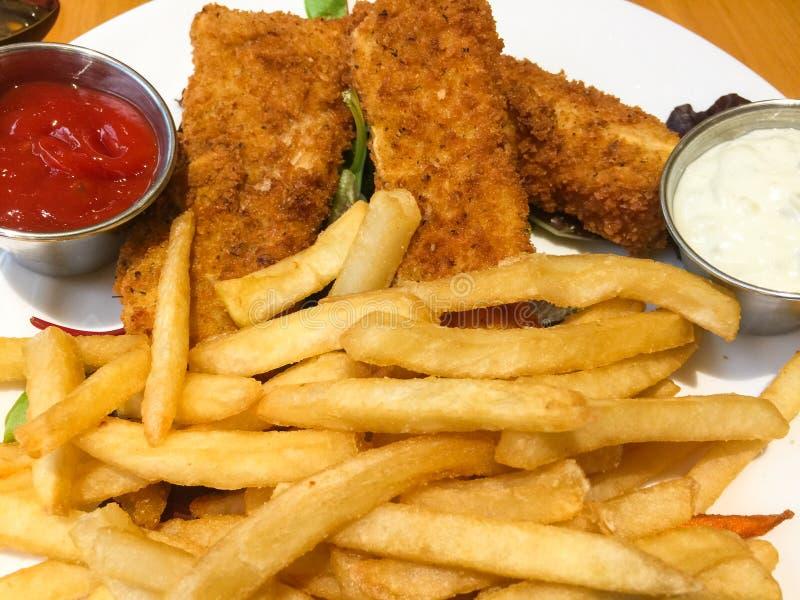 Deep fried ha battuto il pesce su un piatto con le patate fritte fotografie stock libere da diritti