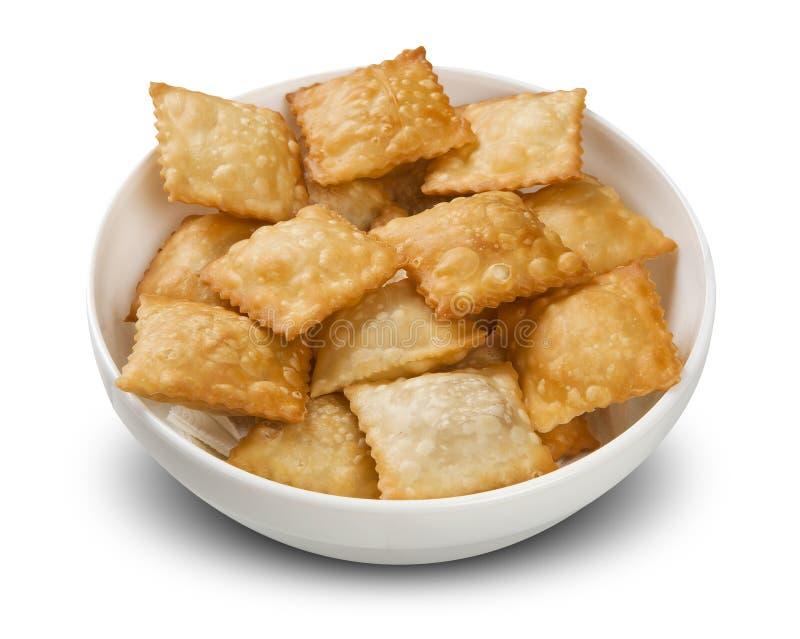 Deep fried ha farcito la pasticceria Pasteis brasiliani dell'alimento sulla tavola fotografia stock libera da diritti