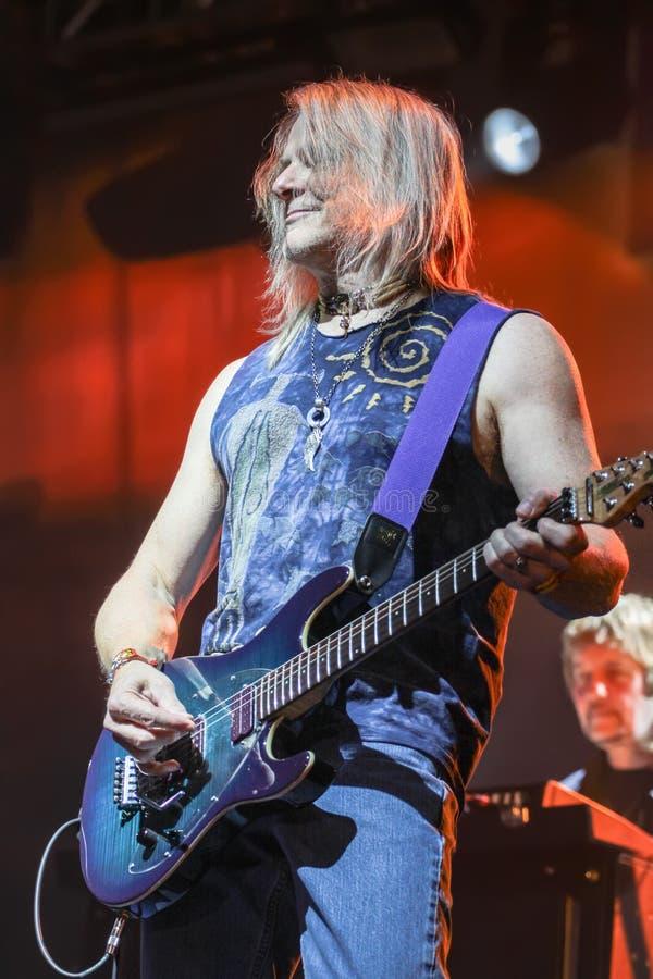Deep Purple esegue in scena durante il loro concerto a Minsk, Bielorussia il 27 marzo 2011 immagini stock libere da diritti