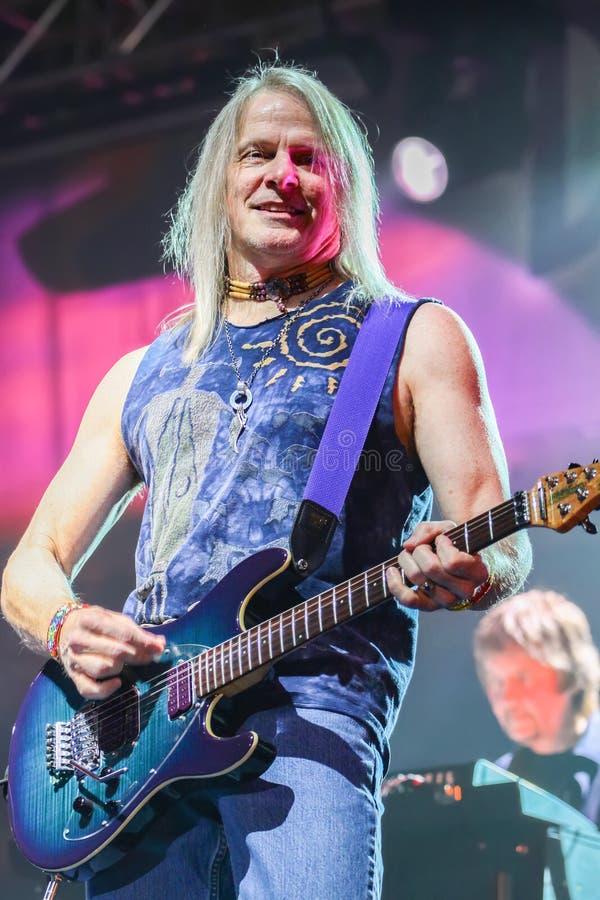 Deep Purple esegue in scena durante il loro concerto a Minsk, Bielorussia il 27 marzo 2011 fotografia stock