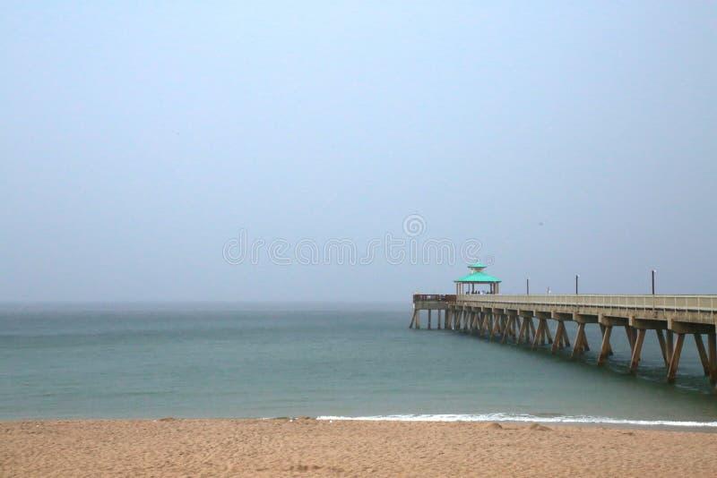 Deerfield-Strand-Pier im Regen stockbild