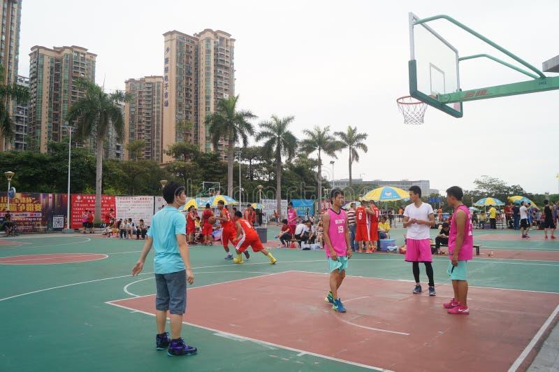 Def. van het basketbal van de drie mensen passen aan stock foto