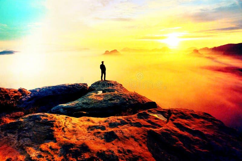 Defecto de la lente Caminante en extremo de la roca sobre el valle Sirva el vigilar el valle brumoso y otoñal de la mañana imágenes de archivo libres de regalías