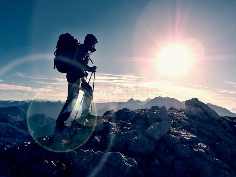 Defeito do alargamento da lente Guia do turista no trajeto trekking com polos e trouxa Caminhante experiente imagens de stock royalty free