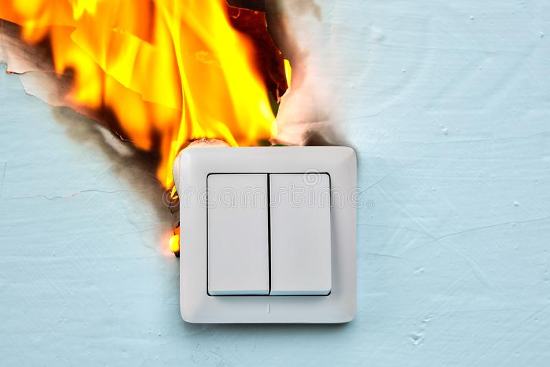 Defekt uttag är orsak av elektrisk brand arkivbilder