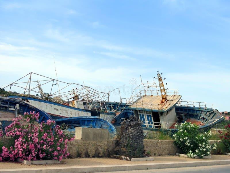 Defekte alte Schiffbrüche nach der Ausschiffung von Flüchtlingen lizenzfreies stockbild