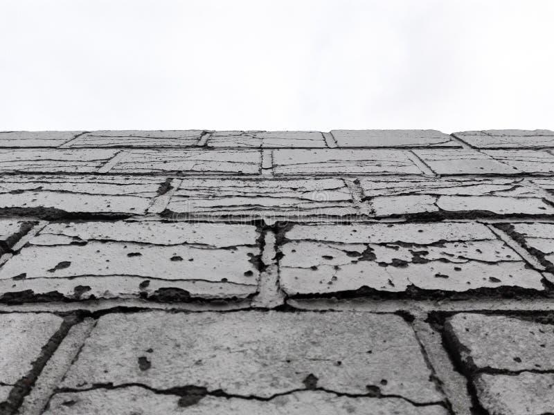 Defekte Backsteinmauer Schwarzweiss mit Himmel stockfoto