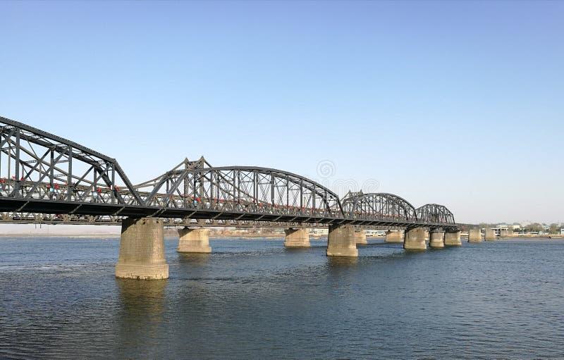 Defekte Brücke, Dandong, China gegenüber Sinuiju-Stadt, Nordkorea; an natürlicher Grenze des Yalus lizenzfreies stockfoto
