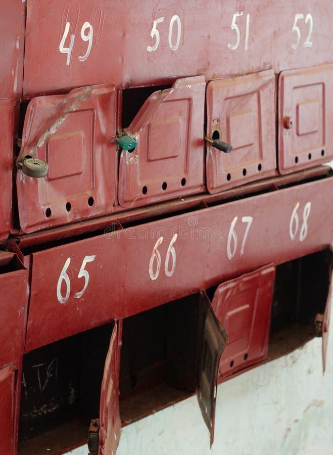 Defekte Briefkästen im Eingang eines Wohngebäudes stockfoto