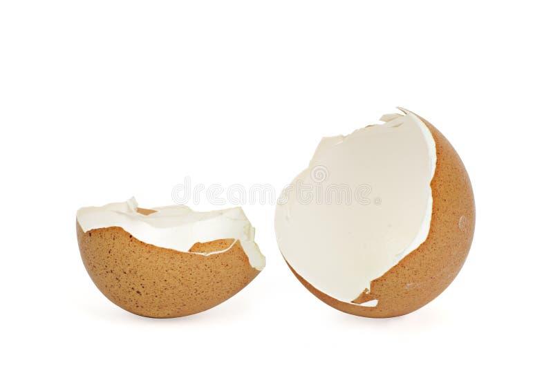 Defekte Eierschale auf wei?em Hintergrund mit cipping Weg stockfotos