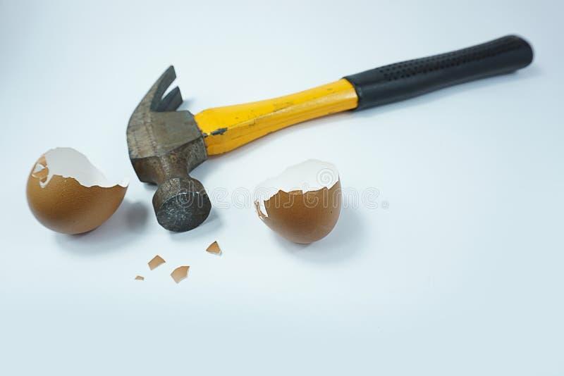Defekte Eierschalen des alten Hammers lokalisiert auf weißem Hintergrund stockbild