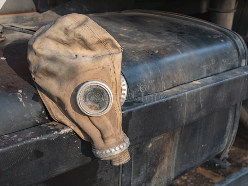 Defekte Gasmaske der alten Weinlese auf schwarzem Ausrüstungskasten lizenzfreie stockfotos