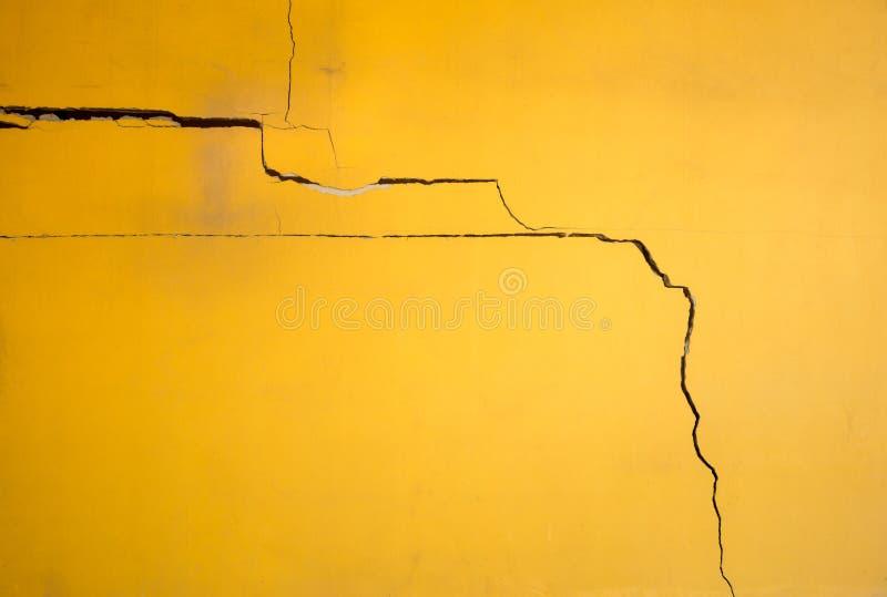 Defekte gelbe Farbbetonmauer stockbild