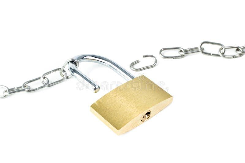 Defekte Metallkette und ein entriegeltes Vorhängeschloß lizenzfreies stockfoto