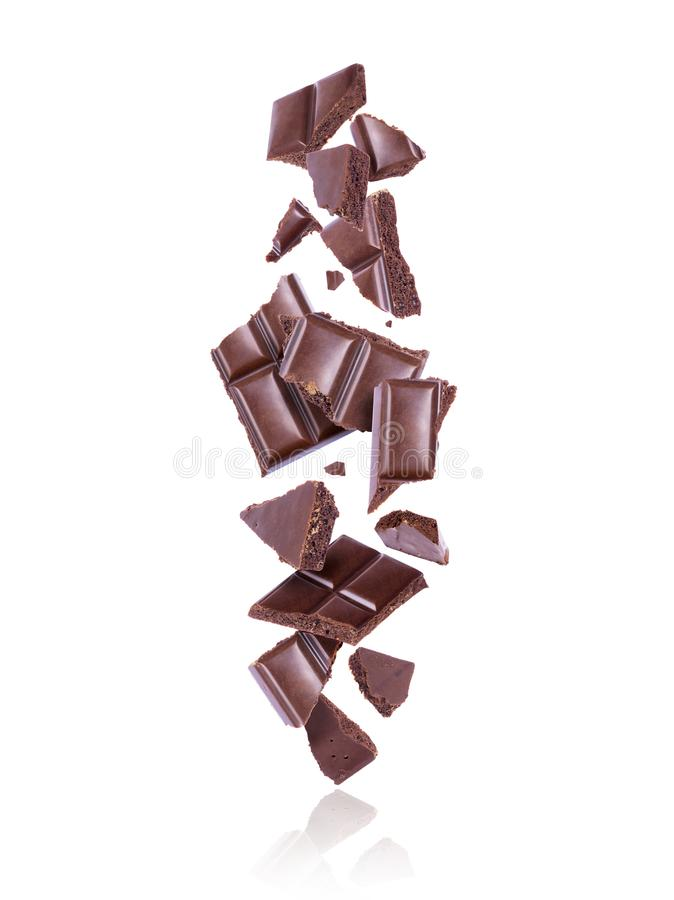 Defekte poröse dunkle Schokolade fallen unten auf weißen Hintergrund stockfoto