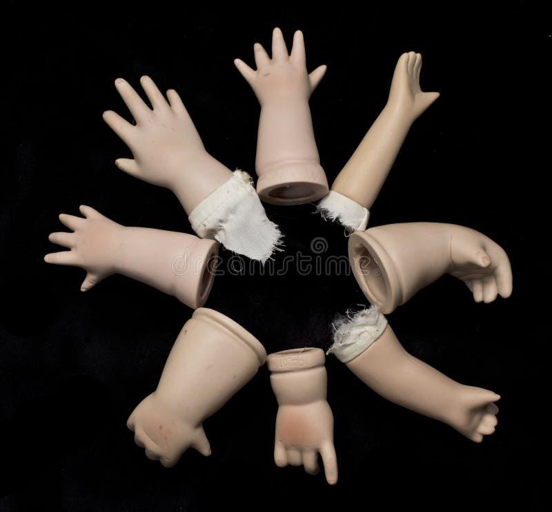 Defekte Puppen-Teile auf schwarzem Hintergrund lizenzfreie stockbilder