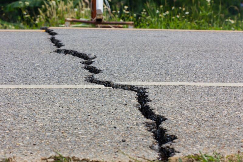 Defekte Straße durch ein Erdbeben in Chiang Rai, Thailand stockbild