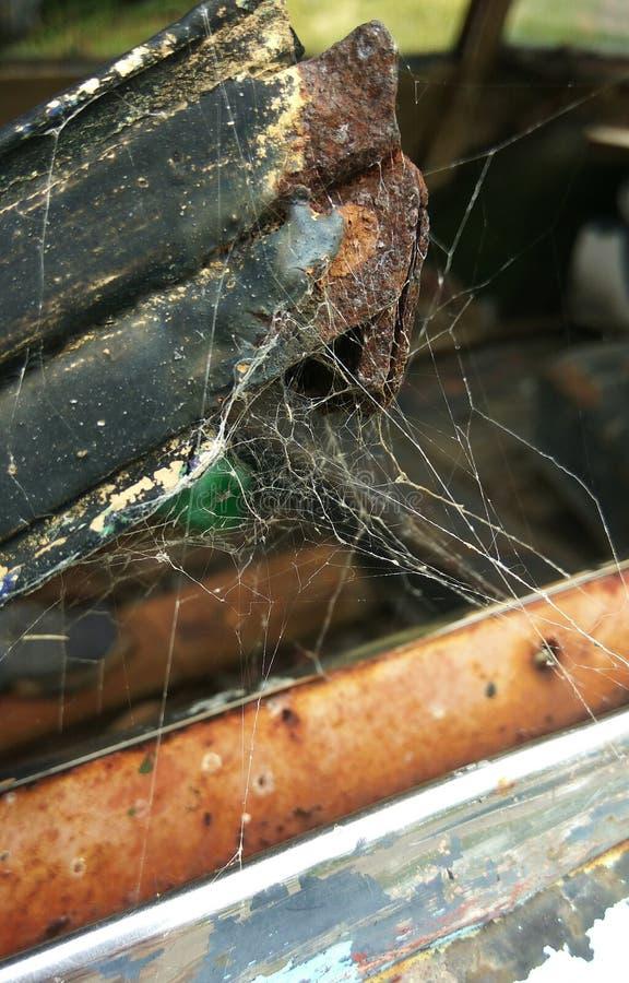 Defekte und rostige Autotür mit Spinnennetzen lizenzfreie stockbilder
