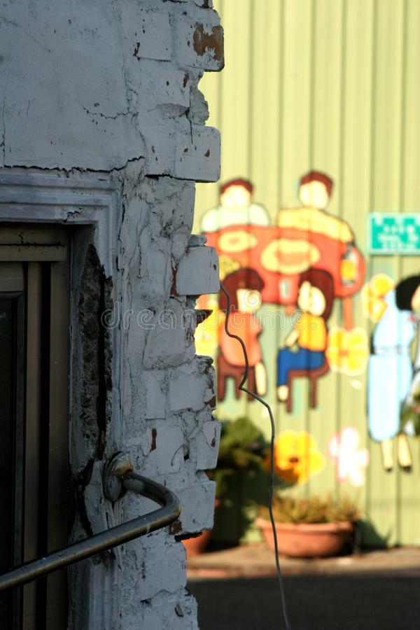 Defekte Wand und Kinderthemagraffitiwand stockbild