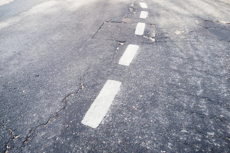 Defekte weiße Abgrenzung auf Straße stockfoto