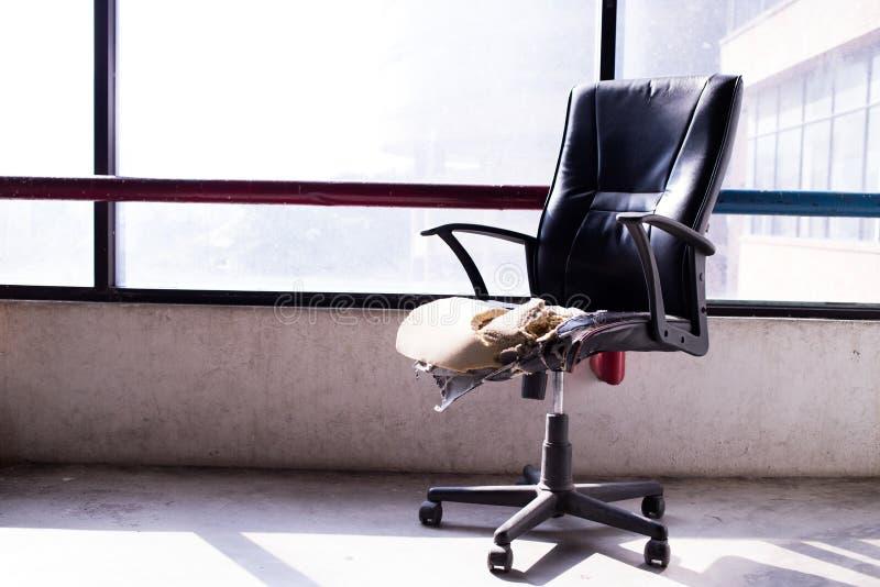 Defekter alter Stuhl in der alten Fabrik stockfotografie