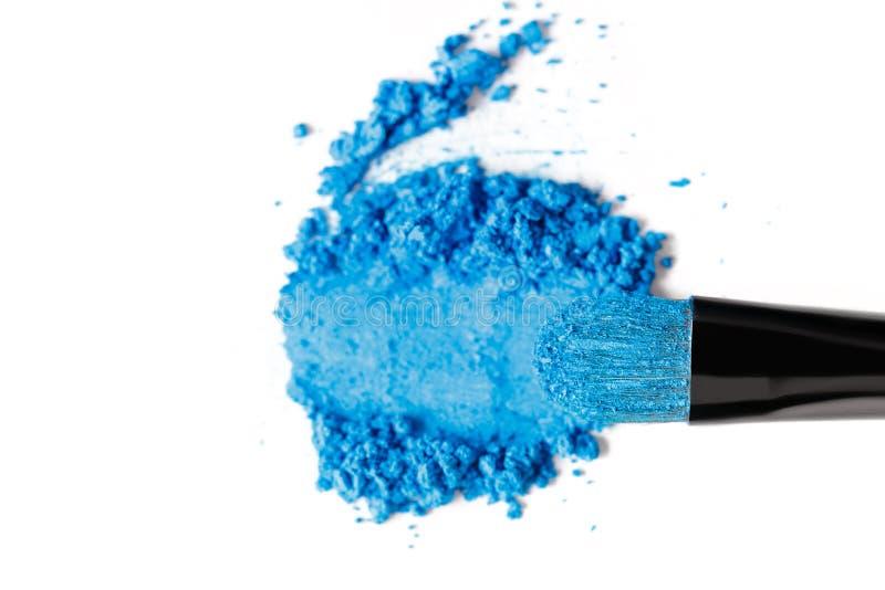 Defekter blauer Lidschatten und Bürste lokalisiert auf weißem Hintergrund lizenzfreies stockbild