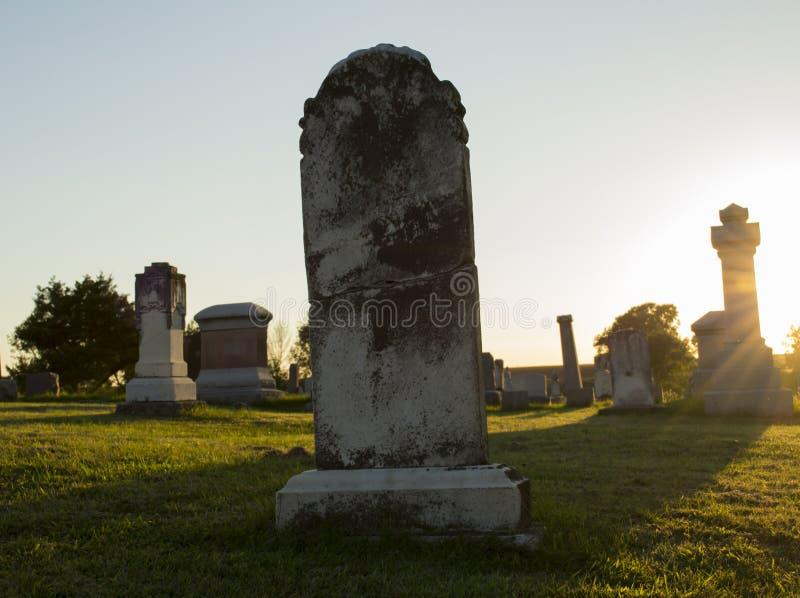 Defekter Grundstein bei Sonnenuntergang stockbilder