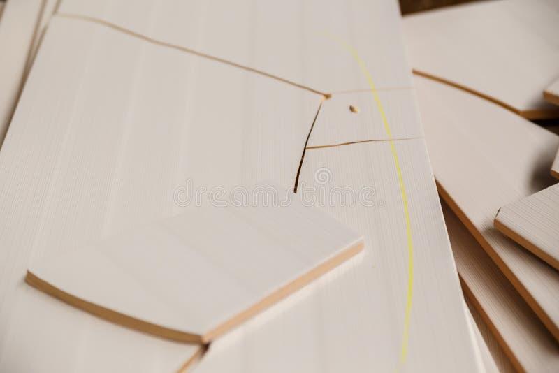Defekter Keramikziegel auf einem Stapel von Schlägerfliesen lizenzfreies stockfoto