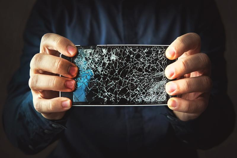 Defekter Telefonschirm in der Hand stockfotos