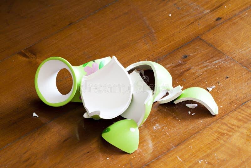 Defekter Vase auf Bretterboden stockfotografie