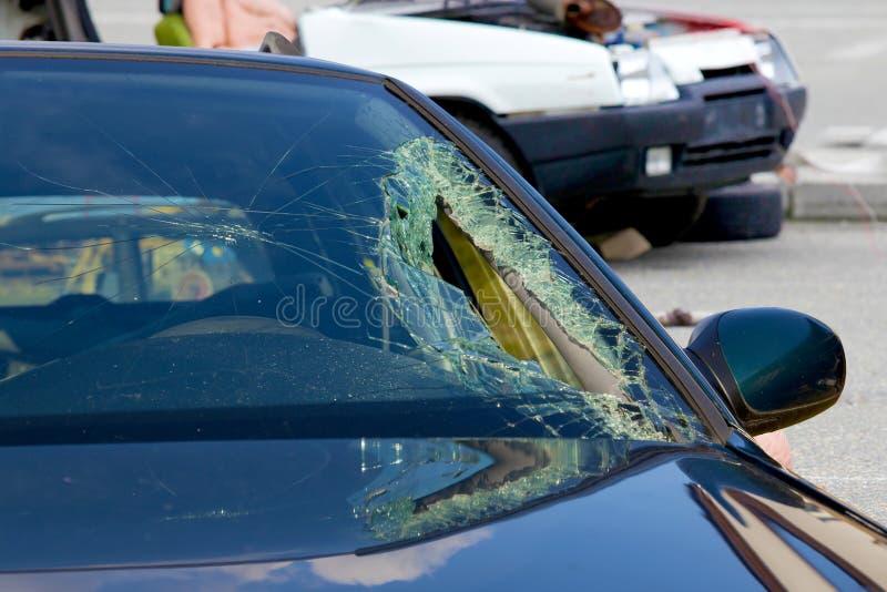 Defekter Windfang am Auto im Verkehrsunfall stockfoto