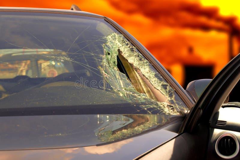 Defekter Windfang am schwarzen Auto im Verkehrsunfall stockbilder