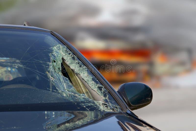 Defekter Windfang am schwarzen Auto im Verkehrsunfall lizenzfreies stockfoto