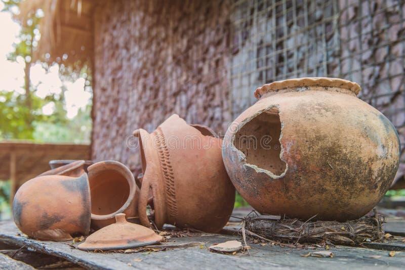 Defektes antikes Tongefäß oder traditionelles Glas auf verlassener Hütte stockfotografie