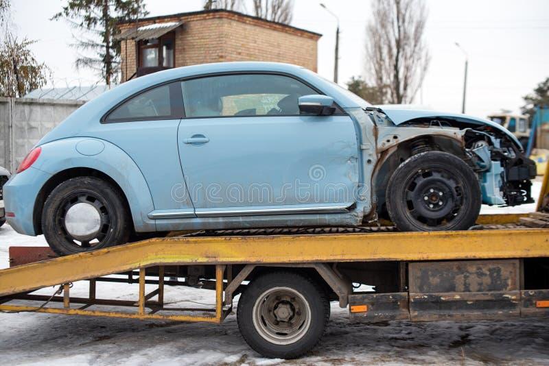Defektes Auto auf Abschleppwagen nach Verkehrsunfall, auf dem Straßenservice E lizenzfreie stockbilder
