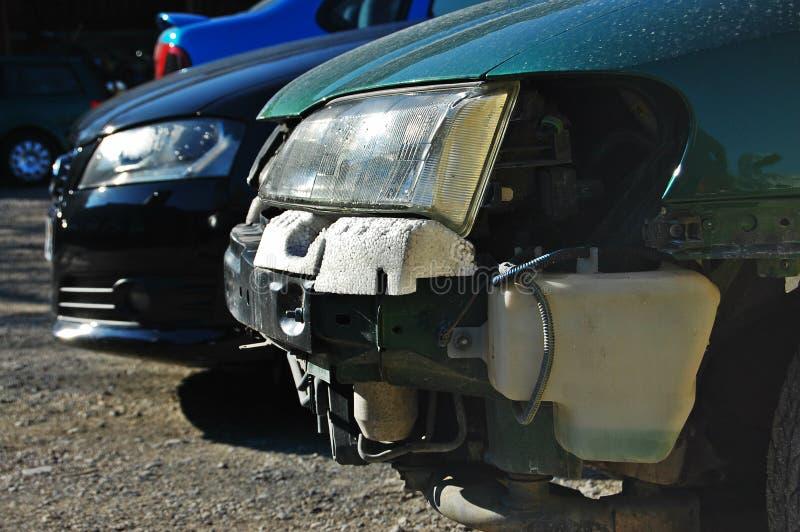Defektes Auto gegen unversehrtes Auto stockbild